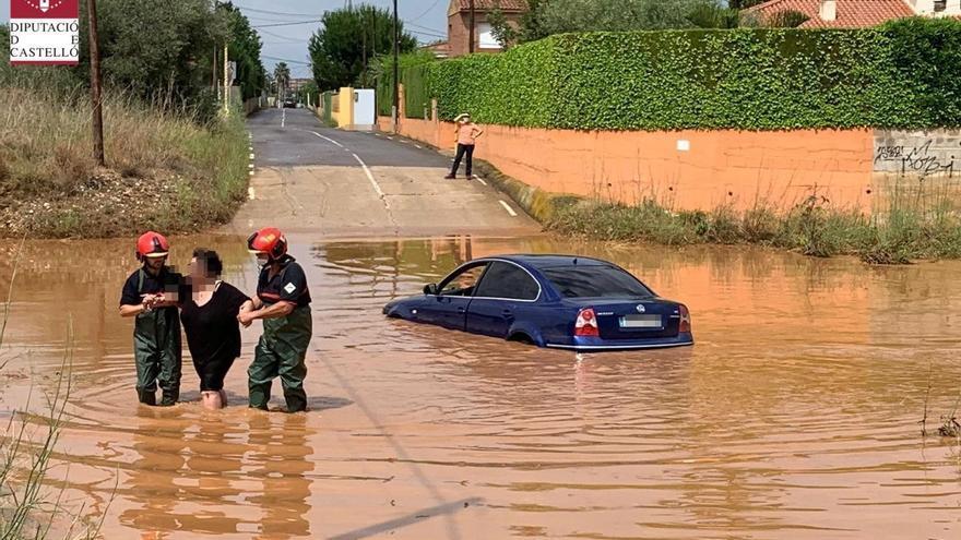 Los bomberos rescatan a varias personas en una vivienda y en vehículos tras las tormentas en Castellón