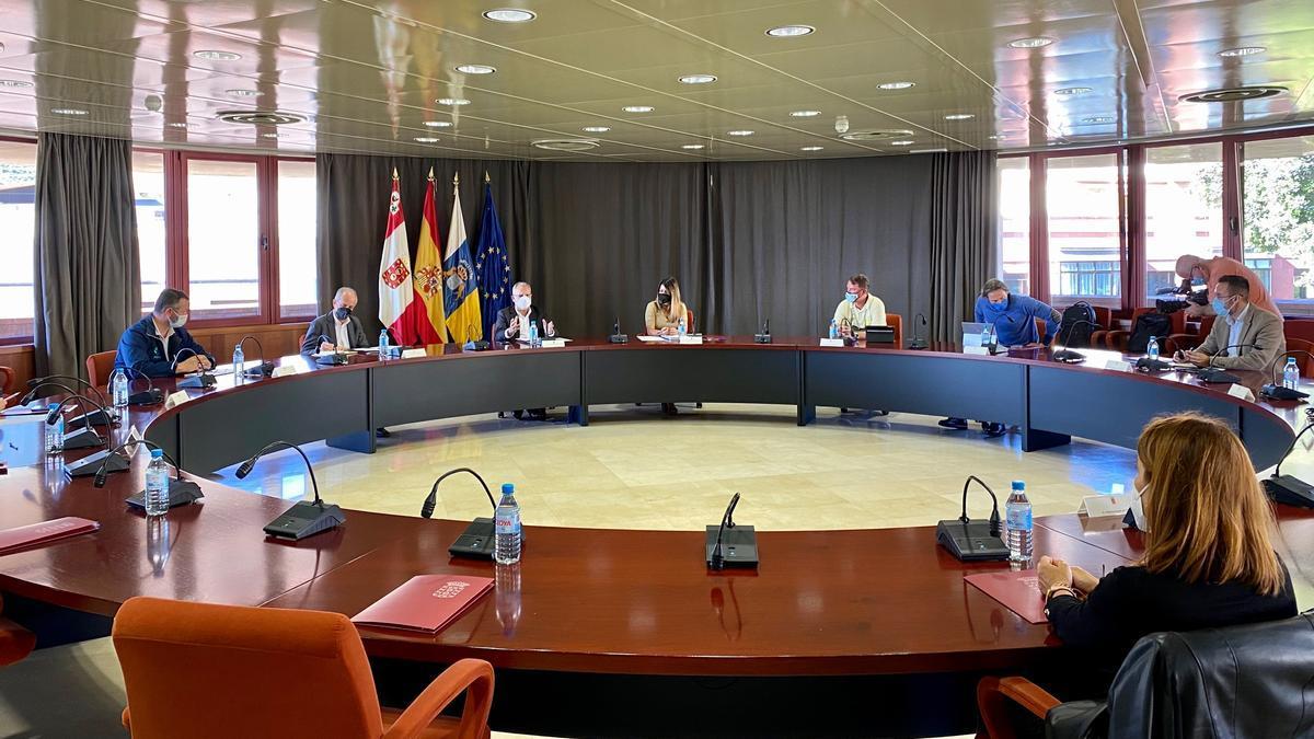 Casimiro Curbelo preside la reunión con empresarios para abordar la subida de tasas portuarias.