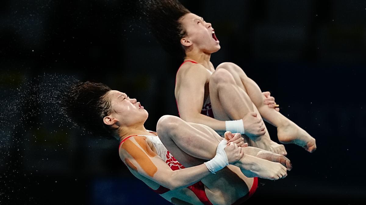 Yuxi Chen y Jiaqi Zhang durante uno de sus saltos en la final.