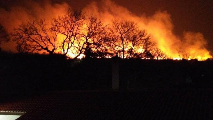 Incendio forestal en Dozón sin medios del distrito