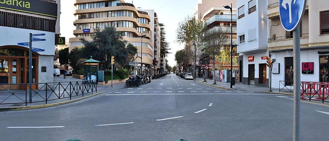 El cruce entre las avenidas de España e Ignasi Wallis, vacío en el primer confinamiento. | CÉSAR NAVARRO