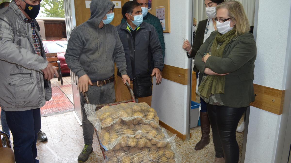 UPA hace entrega de sacos de patatas a Cáritas Benavente.