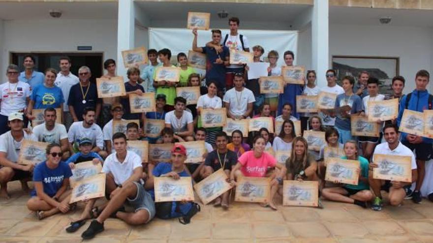 50 regatistas participan en el II trofeo de windsurf en Xàbia