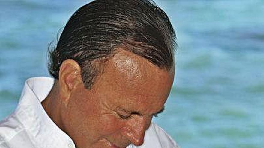 """Julio Iglesias cumple 77 años """"perfectamente recuperado"""" de su caída"""