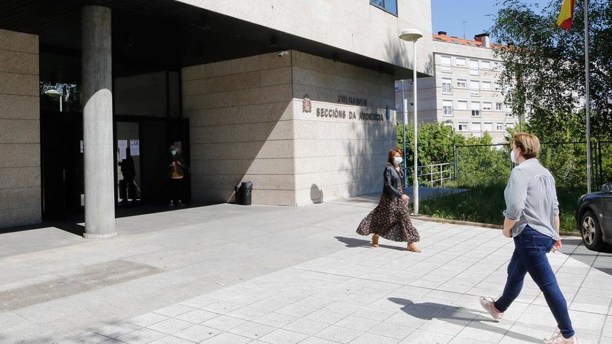 Gente entrando y saliendo  de los nuevos juzgados de Vigo durante la crisis del coronavirus