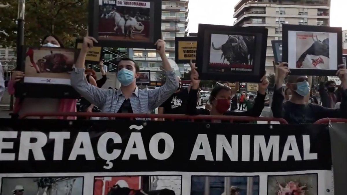 Protestas en Lisboa por el inicio de la temporada taurina.
