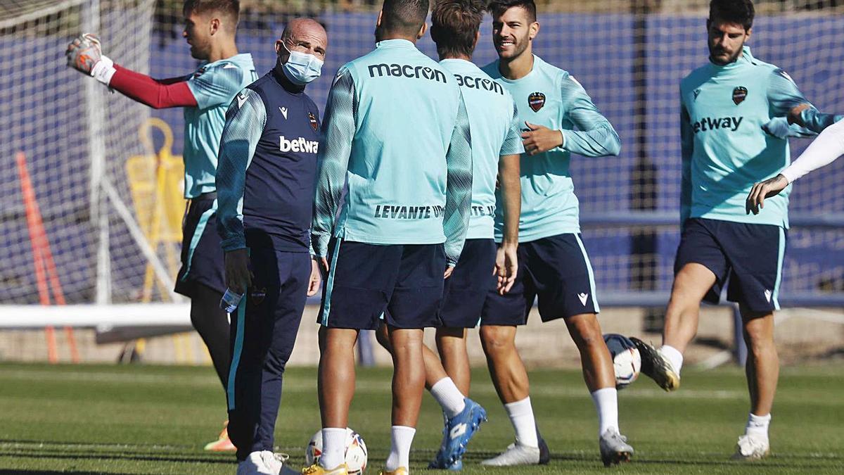 Paco López habla con sus jugadores en la preparación del partido ante el Athletic.