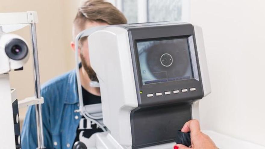 La población sin antecedentes debe hacerse un examen integral para despistaje de glaucoma alrededor de los 40 años.