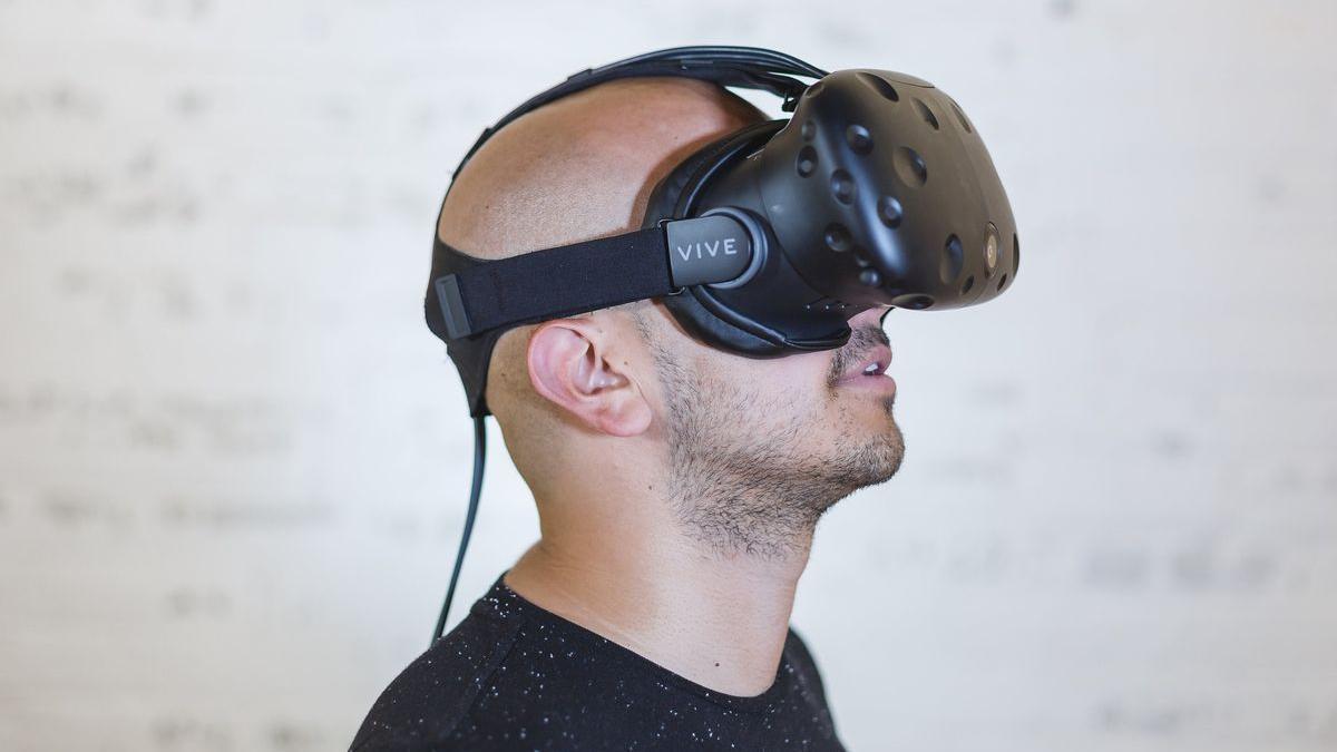 Una persona con unas gafas de realidad virtual.
