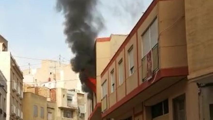 Aparatoso incendio de una vivienda en Crevillent