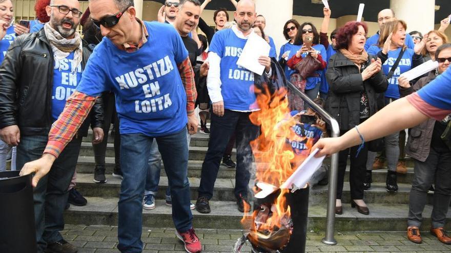 Funcionarios de Xustiza en huelga queman nóminas en A Coruña