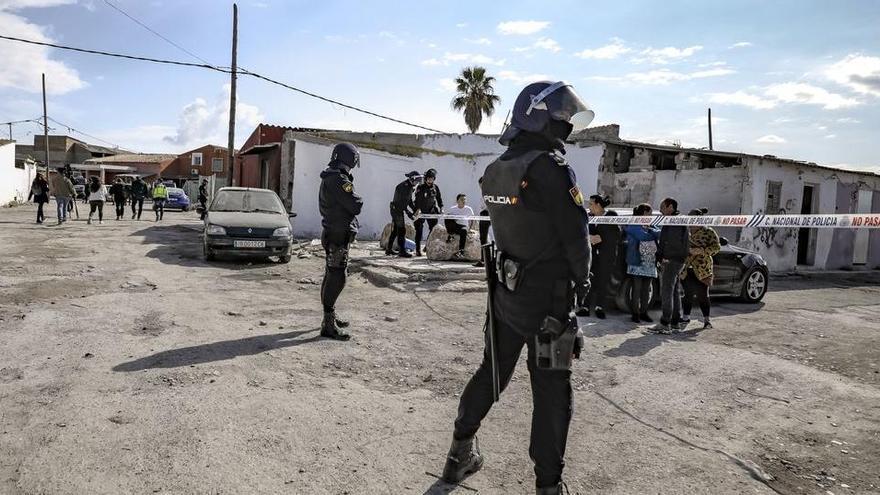 Acorralan en Mallorca una patrulla de la Policía Nacional y hieren a dos agentes