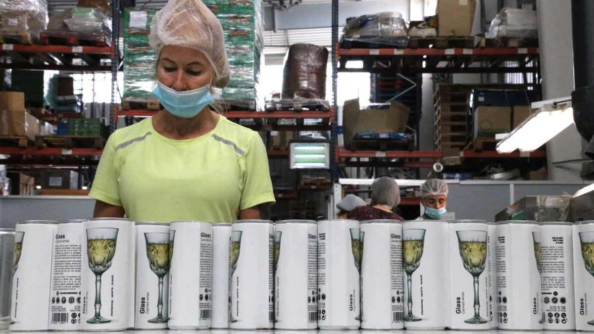 Pla obert del procés d'impressió de les llaunes de Glass Caned Wines. Imatge publicada l'agost del 2021. (Horitzontal)