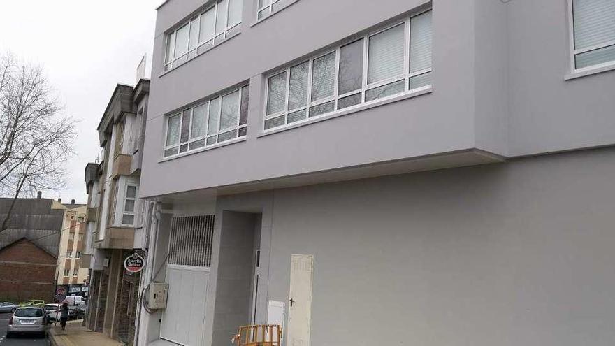 Fenosa retira, tras meses, los cables que tocaban un edificio en A Rabadeira