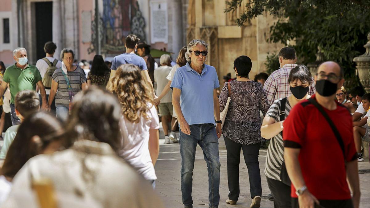 Varias personas pasean por el centro de València el fin de semana.  | EDUARDO RIPOLL