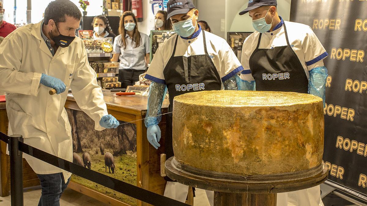 Corte inaugural del queso curado más grande del mundo