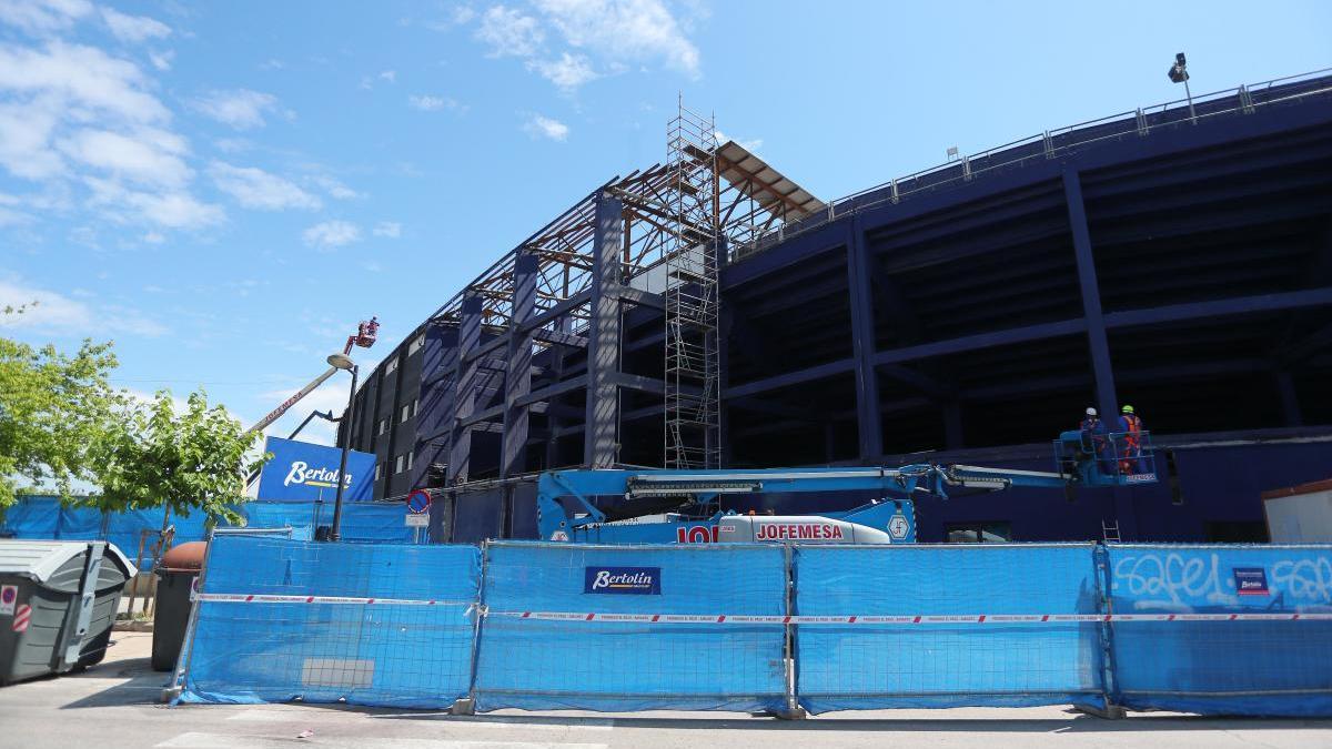 Imagen de las obras en la cubierta del estadio Ciutat de València.