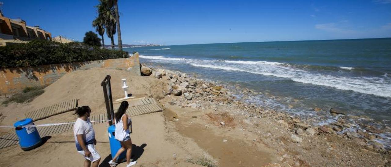 La playa de la Goleta, casi sin arena tras un temporal.   EDUARDO RIPOLL
