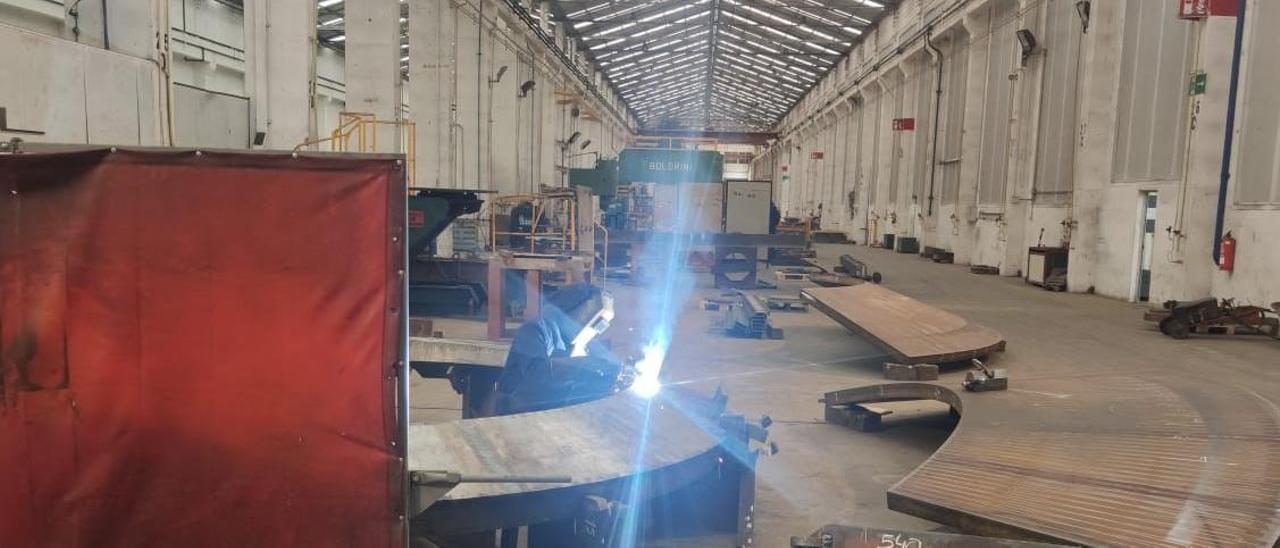 Un trabajador ayer en la planta de Citic Censa en O Porriño. | FdV