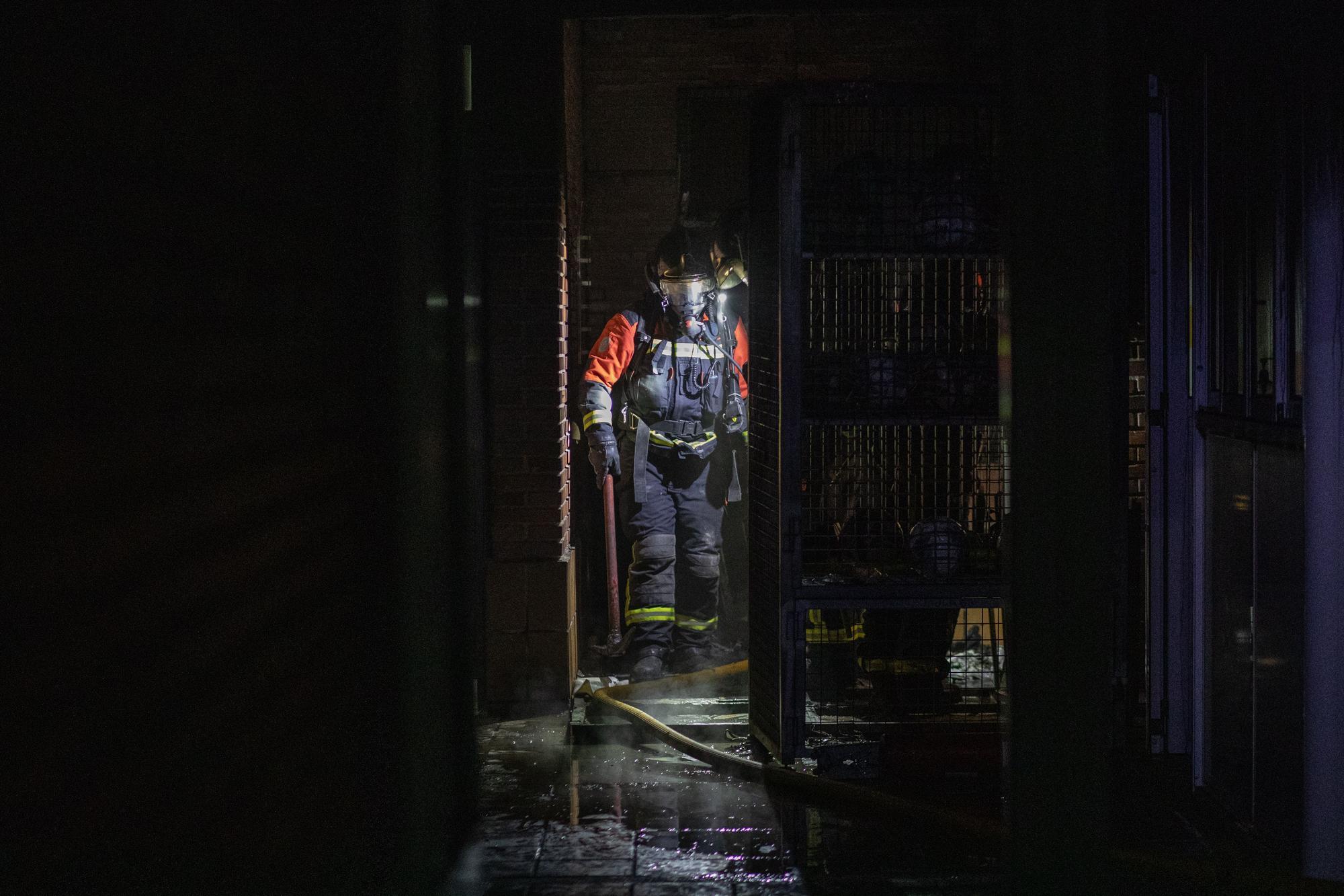 GALERÍA   El incendio en los vestuarios de los campos de fútbol de Valorio, en imágenes