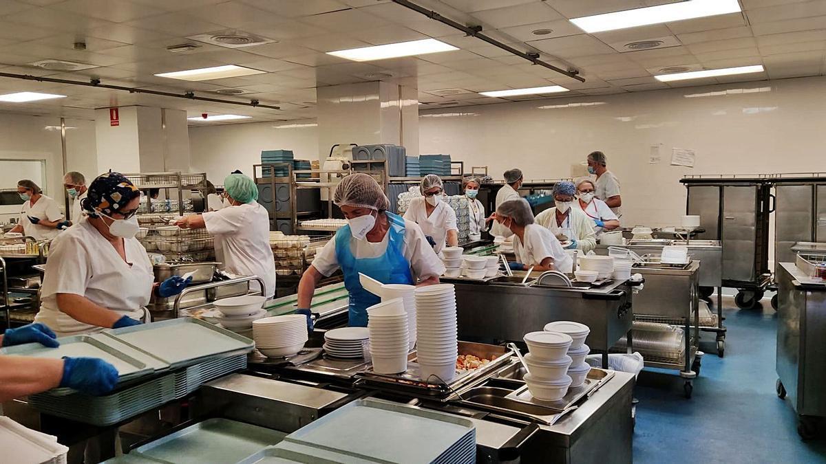 El equipo de cocina de La Fe  preparando la comida de  Navidad ayer. Levante-EMV   LEVANTE-EMV