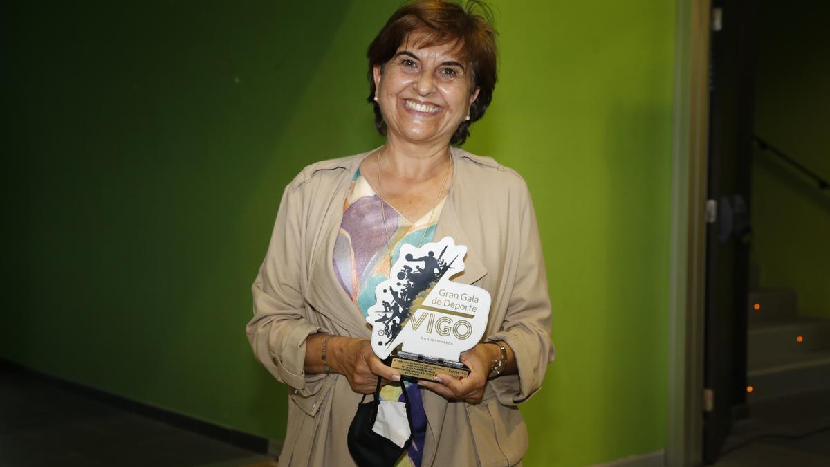 La madre de María Mariño, premio de esgrima en la 22 Gran Gala do Deporte de Vigo y Comarca. 16 junio 2021. Ricardo Grobas
