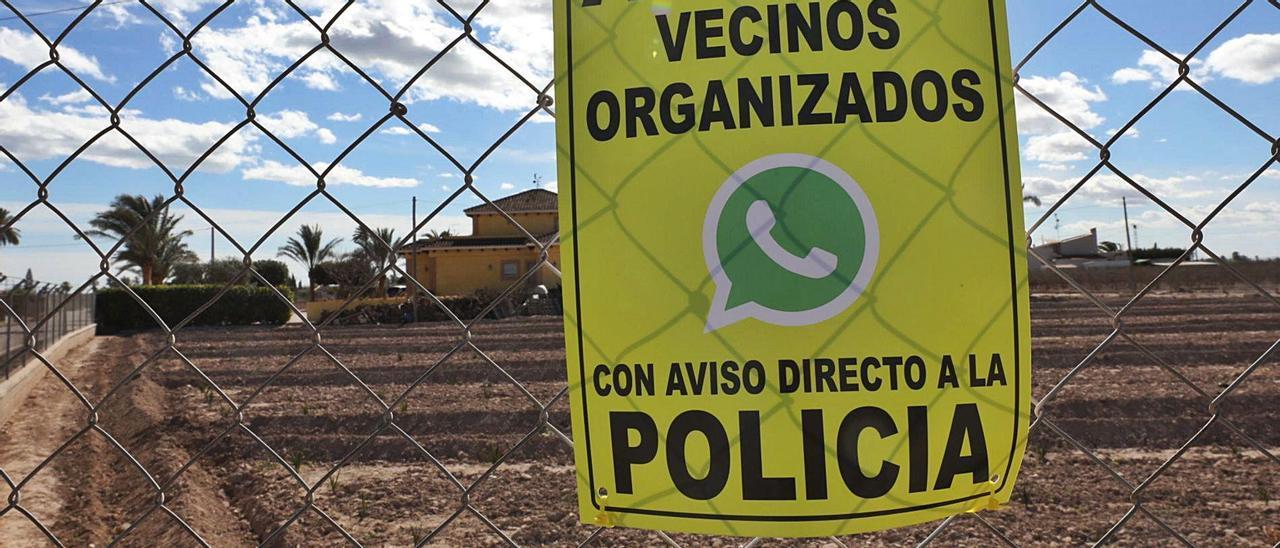 Uno de los carteles que pueden leerse en las viviendas del Camp d'Elx en los que se alerta de la organización vecinal contra los robos.  
