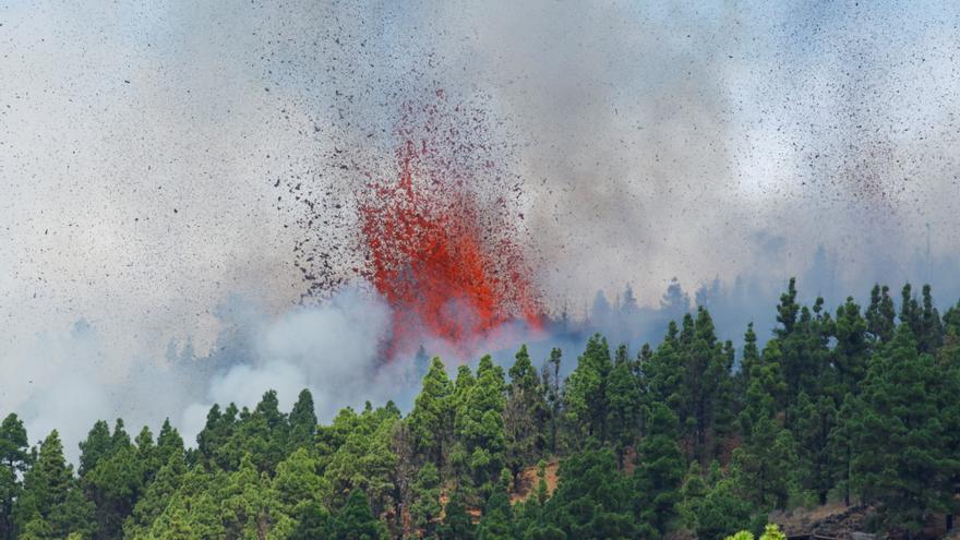 El volcán de La Palma expulsa lava y una gran columna de humo