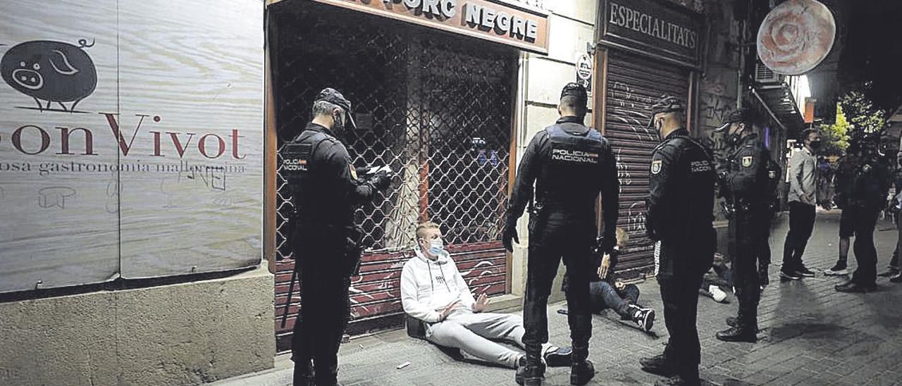 Los alborotadores sin suerte, rodeados de policías en la Plaza de España.