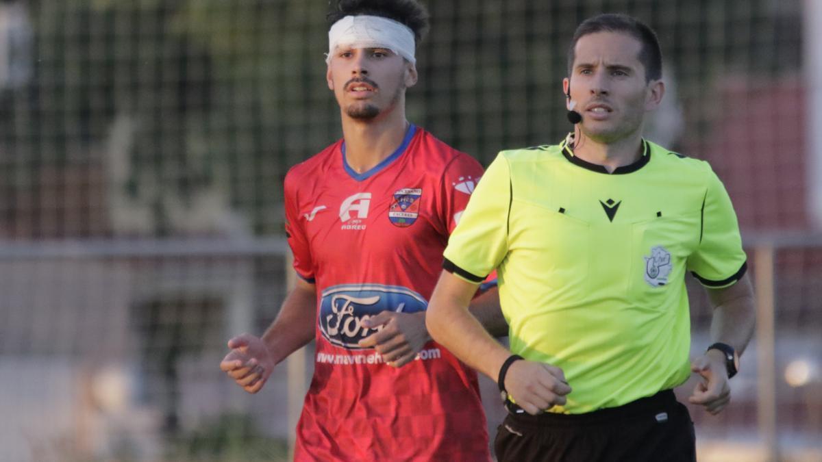 Javier Mancha, con una venda en la cabeza tras sufrir un golpe en un partido del Diocesano esta temporada.