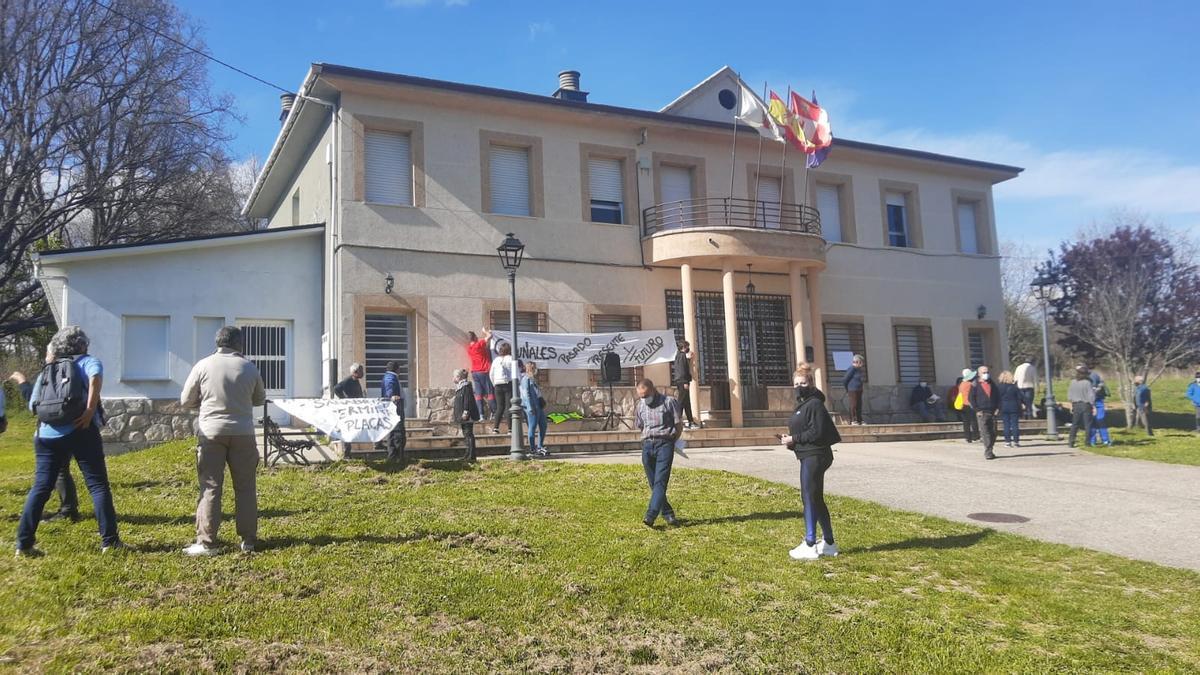 Vecinos a la puerta del Ayuntamiento de Cobreros contra la fotovoltaica