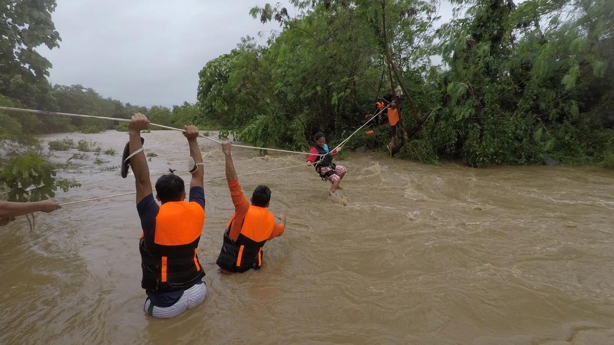 Kompasu deja deslizamientos de tierra e inundaciones en Filipinas.