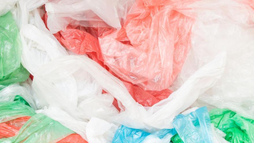 Las tiendas cobrarán desde 2018 hasta 30 céntimos por cada bolsa de plástico