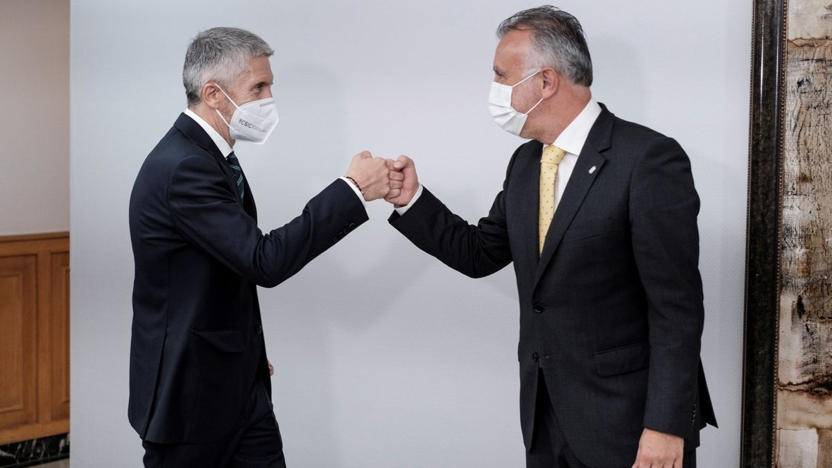 El ministro Grande-Marlaska junto al presidente de Canarias, Ángel Víctor Torres.