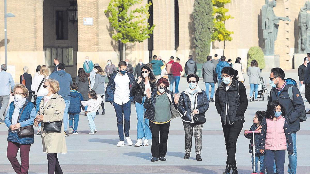 Varias personas pasean por la plaza del Pilar, esta semana en Zaragoza.