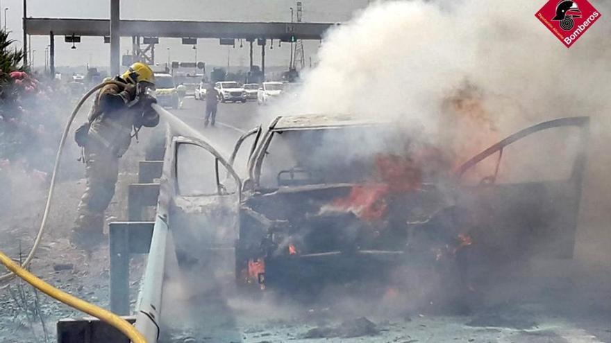 Los bomberos sofocan un incendio de un vehículo en la AP-7