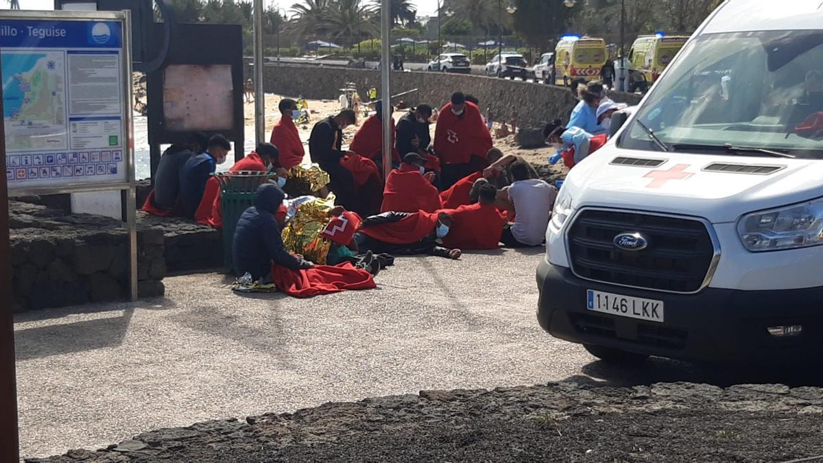Inmigrantes en el paseo de la playa de El Jablillo tras desembarcar de la patera.