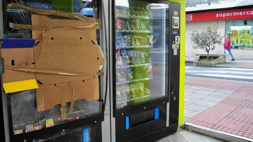 Roban y destrozan una máquina expendedora en la calle San Roque