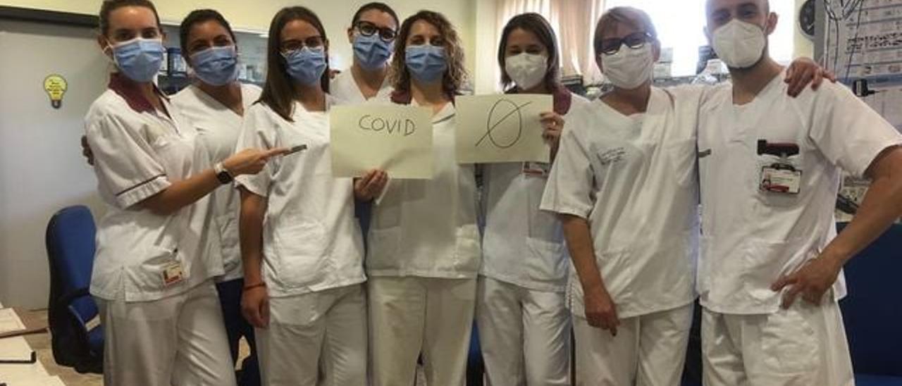 El personal sanitario celebra la ausencia de enfermos de Covid en el hospital.