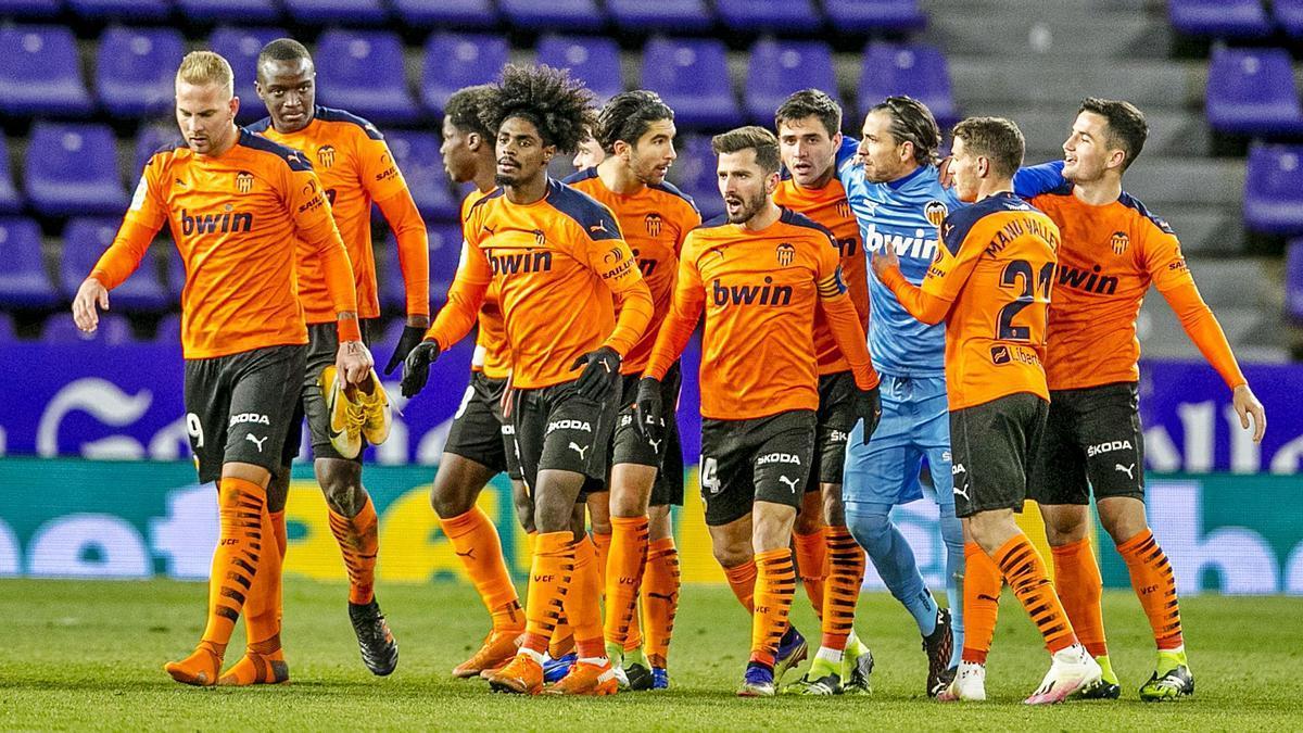 Los jugadores del Valencia se abrazan tras ganar  en Valladolid.  efe