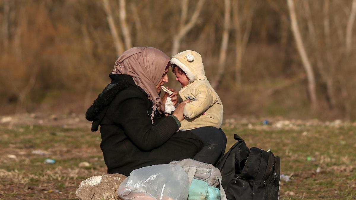 Una refugiada siria y su bebé en la frontera entre Turquía y Grecia.