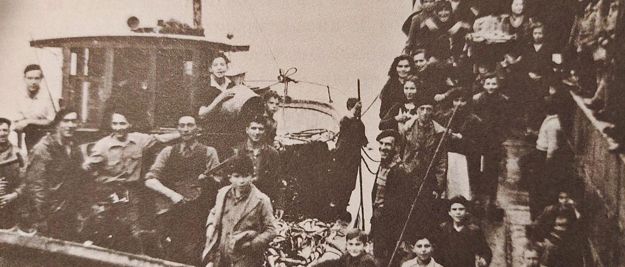 Descarga de chicharrón en el puerto tapiego, en la década de 1940. | Cedida por Luis García