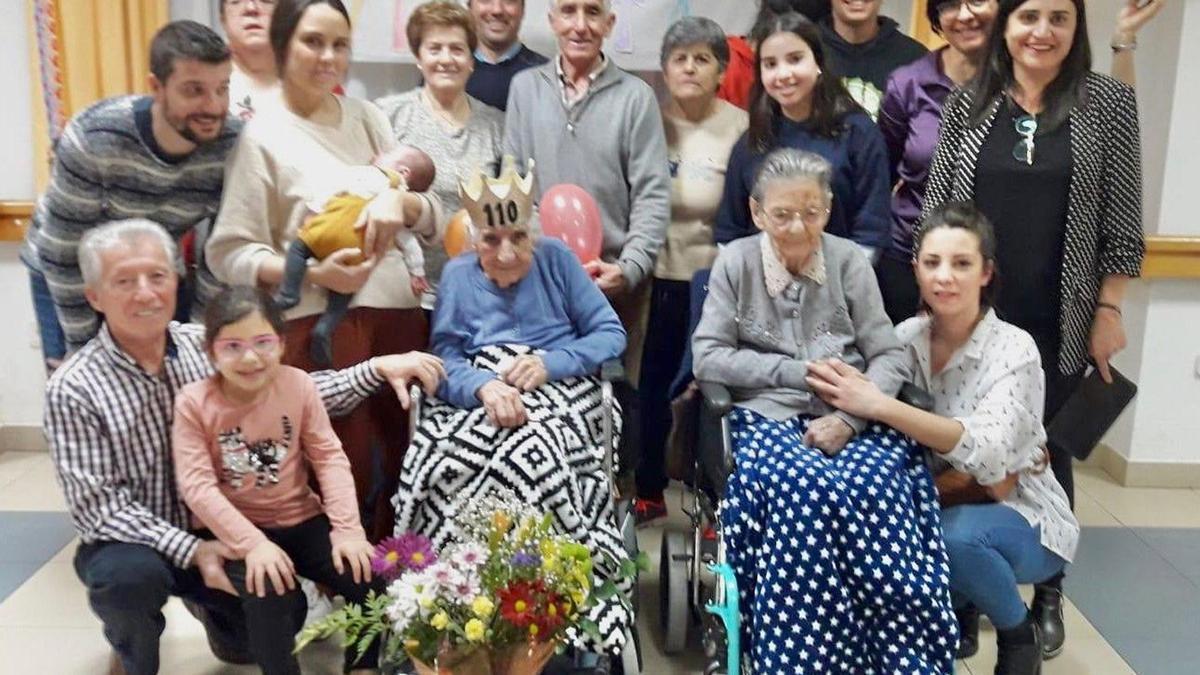 Vicenta con su familia en su 110 cumpleaños con familiares.