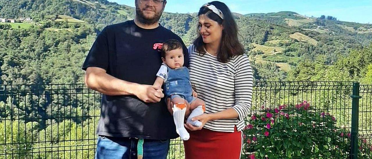 Víctor Fernández y Elisa Montes, con su hijo Sella, en Castañera.