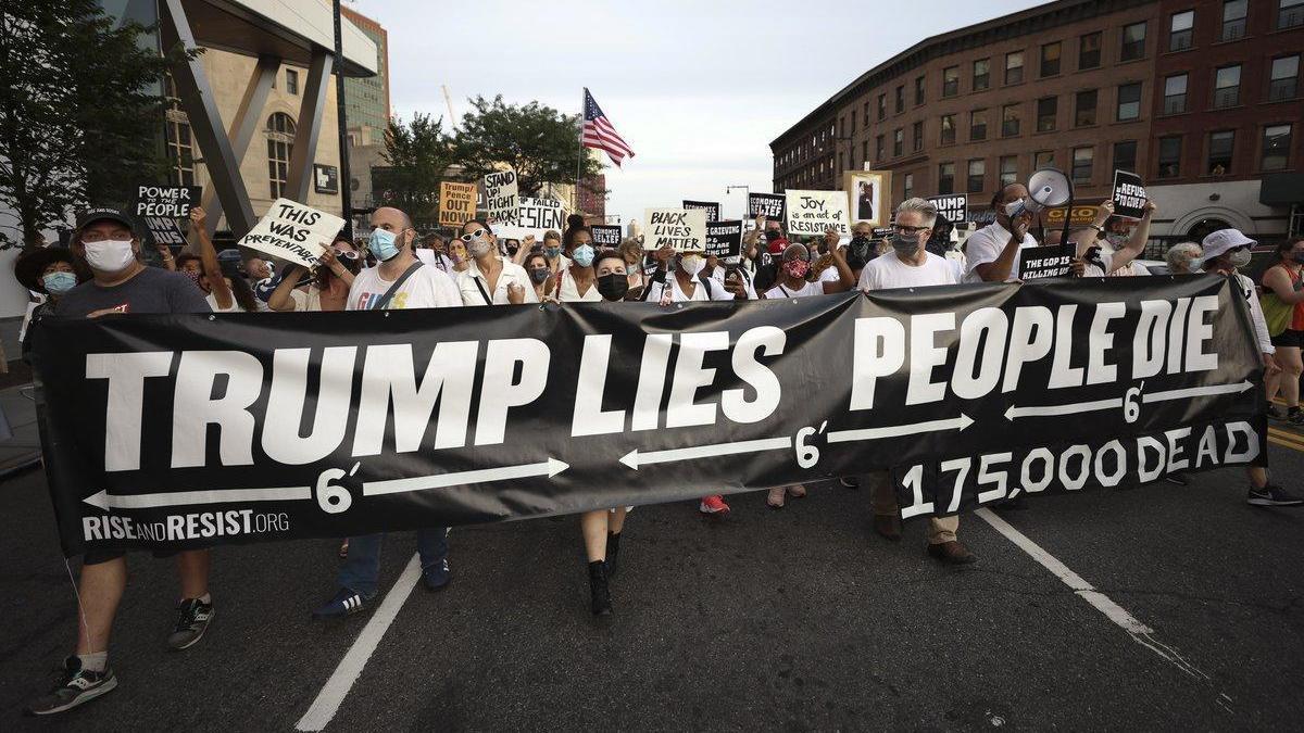 Nueva York: Cientos de personas marchan por los 175.000 muertos por coronavirus