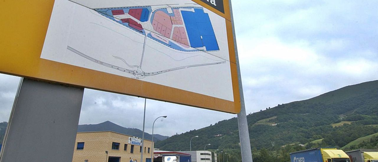 Una de las calles del polígono industrial de Baíña, en Mieres.