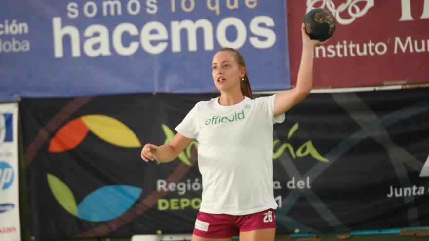 Ángela Ruiz manda en la tabla de goleadoras del grupo D de la Plata de balonmano