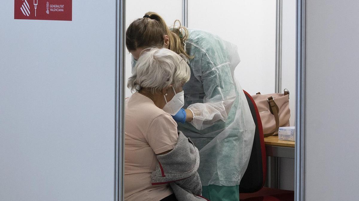 Una sanitaria vacuna a una mujer en Castellón.