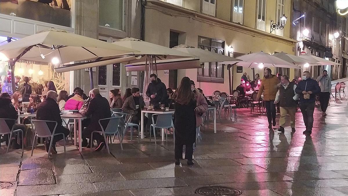 Gente en las terrazas en horario nocturno en Ourense