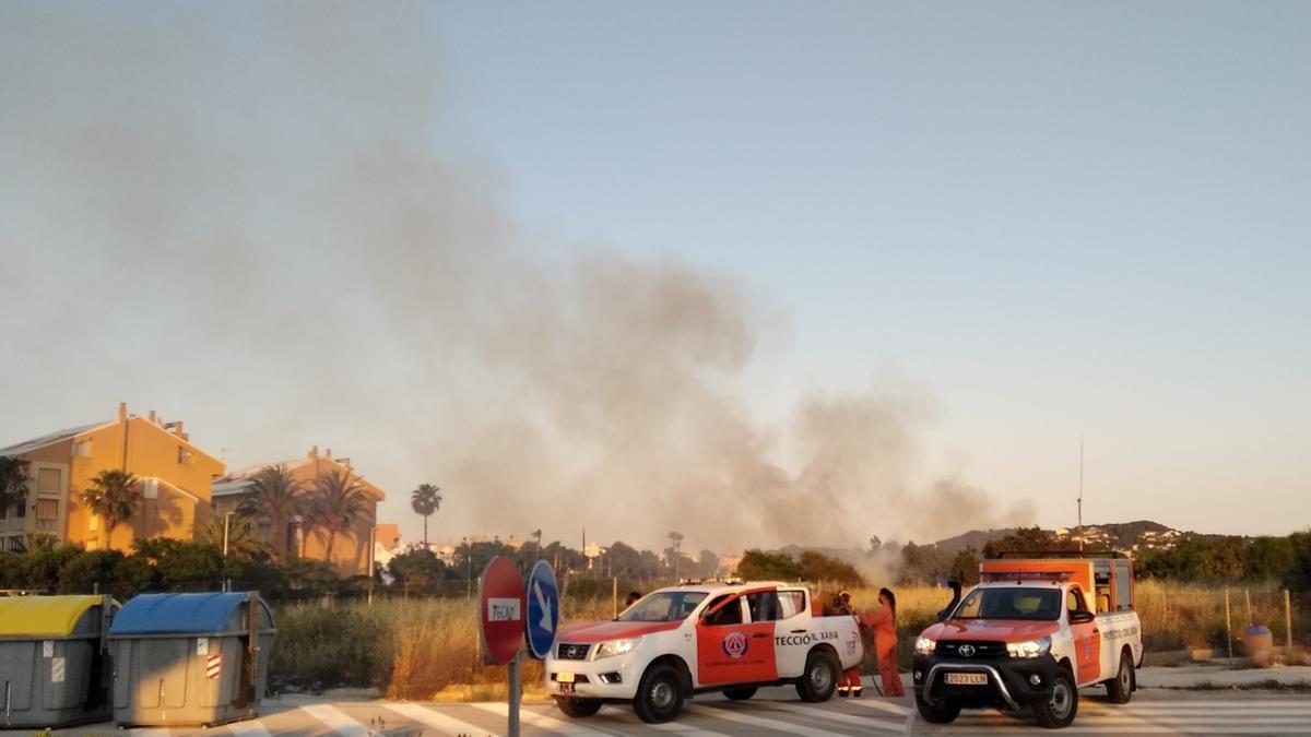 La humareda y los efectivos de Protección Civil nada más llegar al fuego